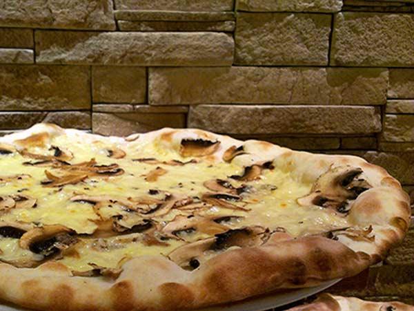 Mangiare-pizza-al-kamut-reggio-emilia